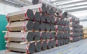 magazzino con tubi in acciaio inox in barre